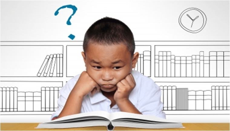 Criança triste a estudar