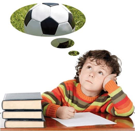 Criança desmotivada e a pensar na brincadeira
