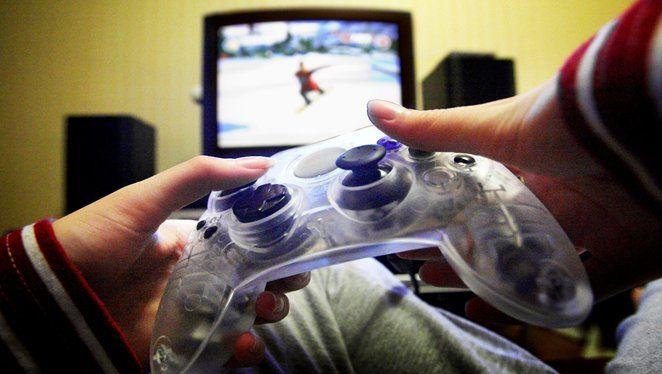 Adolescente a jogar um videojogo